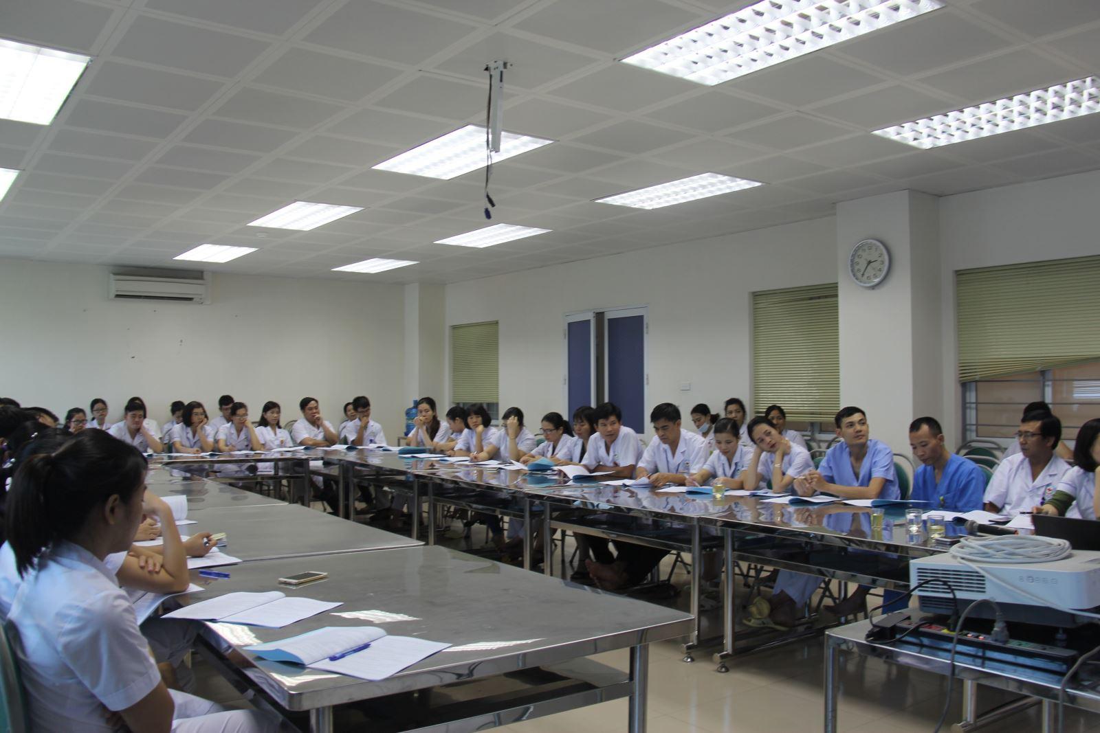 cán bộ y tê tham gia lớp học đào tạo